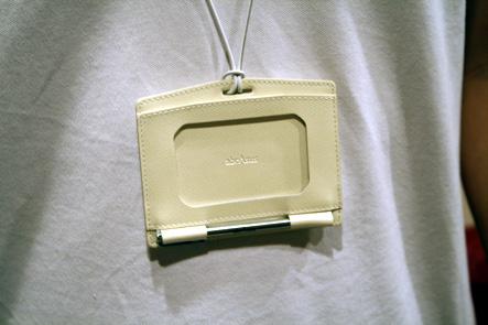 IDケース3 首からかけた革のIDケース パールホワイト