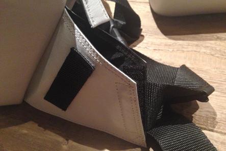 とれるカメラバッググレーのサイドポケットを検討したサンプル