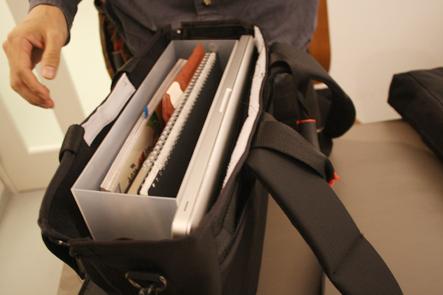 ノマドバッグにパソコンを入れる。