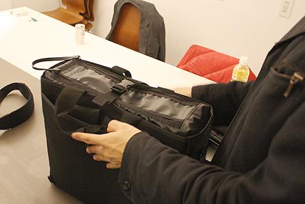 トートバッグの底に足を付ける