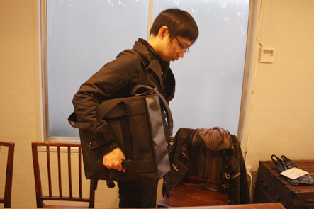 ノマドバッグを肩からかける文具王