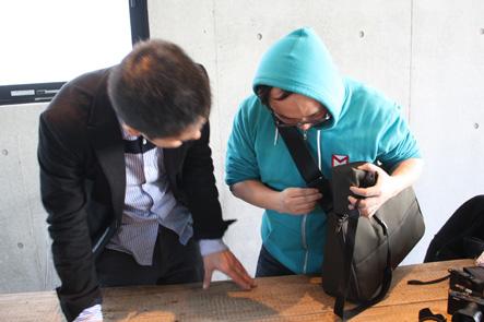 ミラーレスカメラケースがカバンのベルトに付けれない。