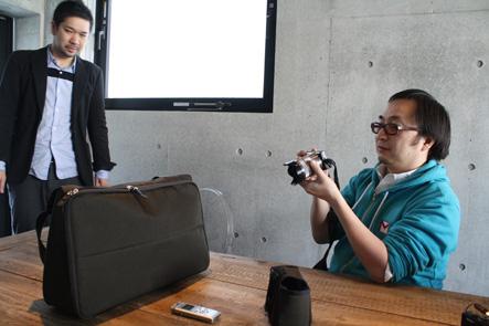 MacBook Pro15対応パソコンバッグを撮影するいしたにさん