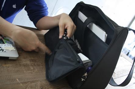 パソコンバッグの中にポケットが2つ