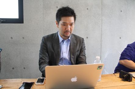 MacBook Air13用バッグのデザイン検討する南さん