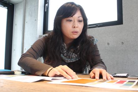 パソコンバッグの素材を検討する吉野さん2
