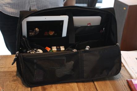 机の上に置けるパソコンバッグ