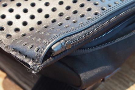 ひらくPCバッグの表のパンチング部分のジッパー
