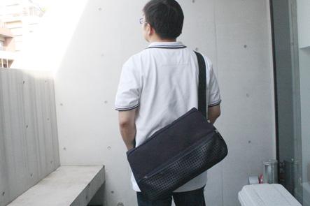 ひらくPCバッグを背負ういしたにさん