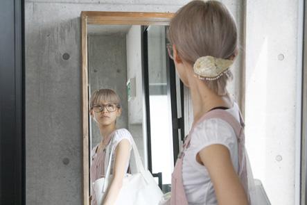 鏡でバッグを確認