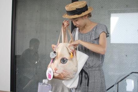 ネコ柄の女性用バッグ