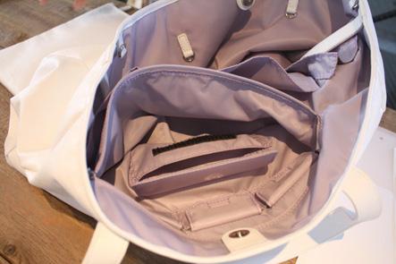 バッグのファスナーポケットの中