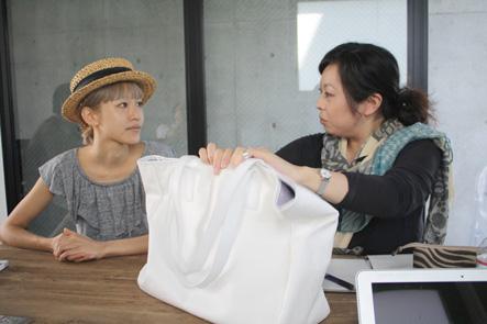 サンプルバッグを説明する吉野さん