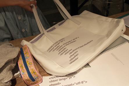 バッグのデザインにHTMLコード