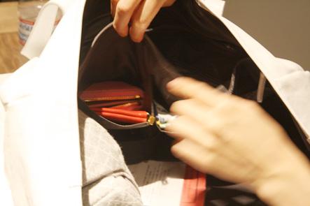 バッグのポケットに財布を入れる