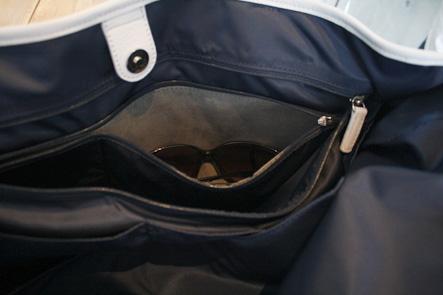 バッグのポケットにサングラスを入れる