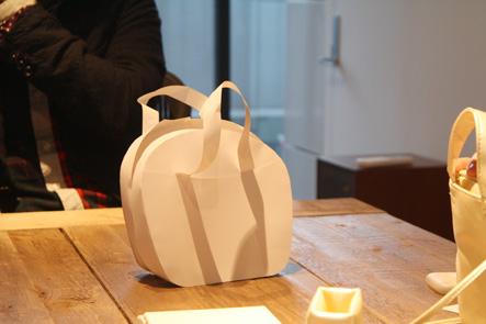 紙で作られたリンゴ型のペンケース