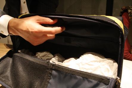 ひらくPCバッグの中のベルト