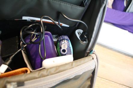 カバンの内ポケットにモバイルバッテリー収納が便利