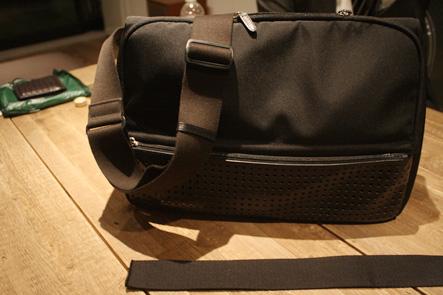 カバンのベルトを黒に変更