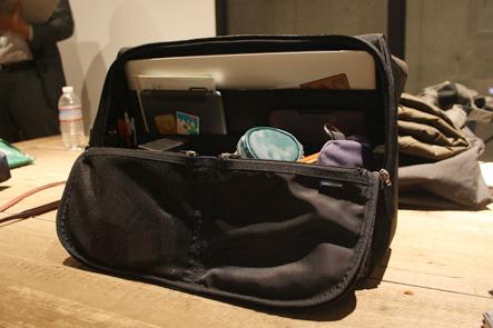 ひらくPCバッグのセカンドサンプルの内部