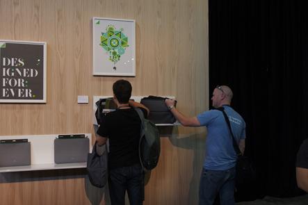 エバーノートのカンファレンスでひらくPCバッグを触る人たち