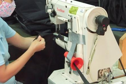 ベトナム工場で糸が絡まらないように工夫する工員さん