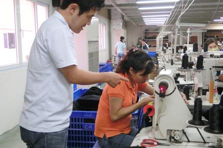 ベトナム工場で指導する日本人工場長