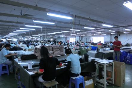 カバン工場には350人の工員がいます
