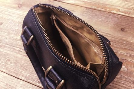 豚革のボストンバッグの財布部分