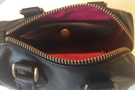 ボストンバッグの中の財布部分