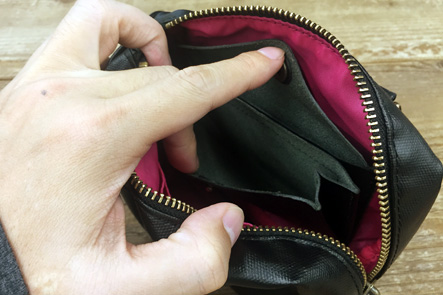 ボストンバッグの中の財布の革素材