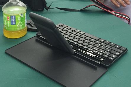 スマホとユニバーサルキーボードが必須アイテム