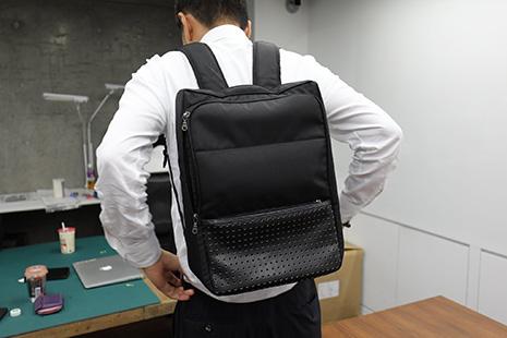 ひらくPCバッグのファーストサンプルは背負ったときに、丈夫が変形する