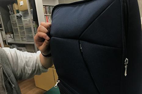 パーカーポケットのファスナーが小さくて開けにくい
