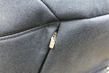 パーカーポケットの初期は小さいファスナー
