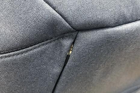 パーカーポケットの初期は小さいファスナーだから掴みにくい