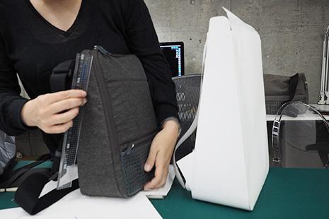 ひらくPCバッグminiとひらくPCリュックの紙サンプルの大きさの違い