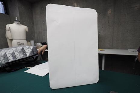 ひらくPCバッグの紙サンプル1の表面は四角い
