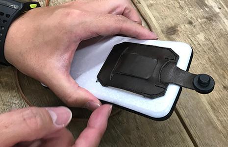 携帯ストラップにダミーのお札を入れる3