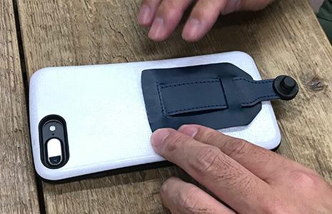 スマホストラップの1stサンプルを取り付けるコグレマサト