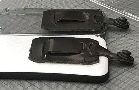 手作りの革で作ったネックストラップを並べる