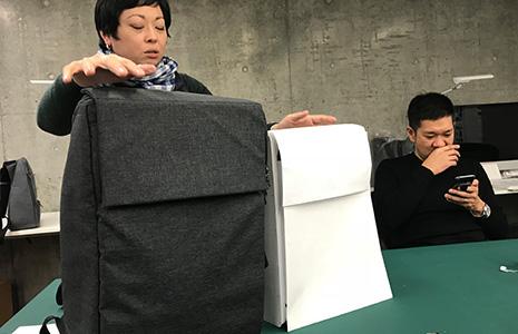 かわるビジネスリュックminiの紙サンプルのサイズを比較する